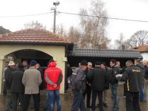 Glavonjićevi prijatelji okupili se u porti crkve da mu pruže podršku; foto: V. Nikitović